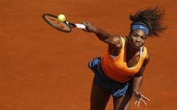 Tenista norte-americana Serena Williams saca a bola contra a espanhola Anabel Medina durante partida pelas quartas de final do Aberto de Madri, na Espanha. Williams foi pressionada até o fim por Medina antes de vencer por 6-3, 0-6 e 7-5 e seguir às semifinais. 10/05/2013. REUTERS/Susana Vera