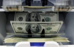 Le budget fédéral américain a dégagé en avril un excédent de 112,9 milliards de dollars (86,8 milliards d'euros), le plus important depuis cinq ans, grâce à des recettes sans précédent, montrent les chiffres publiés par le Trésor. /Photo d'archives/REUTERS/Pascal Lauener