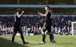 Frank Lampard, do Chelsea, comemora com Ashley Cole (esquerda), após partida da Premiere League contra o Aston Villa em Birmingham, Inglaterra. 11/05/2013