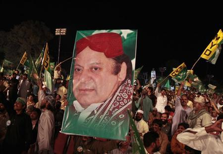 Supporters of the Pakistan Muslim League - Nawaz (PML-N) hold a portrait of party leader Nawaz Sharif as they attend an election campaign rally in Rawalpindi May 7, 2013. REUTERS/Faisal Mahmood