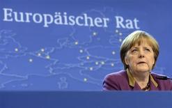 L'Allemagne pousse en faveur de nouvelles réformes et coupes budgétaires dans les pays de la zone euro en proie à la crise financière, selon un rapport mis au point par le cabinet de la chancelière Angela Merkel et obtenu par le magazine allemand Der Spiegel. Berlin y passe en revue les progrès réalisés à l'aune des règles budgétaires de l'UE. /Phot oprise le 15 mars 2013/REUTERS/Laurent Dubrule