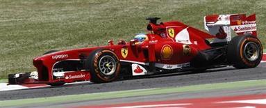 O piloto da Ferrari Fernando Alonso, da Espanha, lidera a corrida no Grande Prêmio da Espanha no Circuito de Catalunha, em Montmelo, próximo a Barcelona. 12/05/2013 REUTERS/Gustau Nacarino