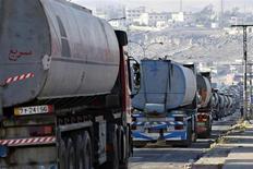 Автоцистерны в очереди на въезд на НПЗ в Иордании 2 апреля 2013 года. Фьючерсы на нефть эталонной марки Brent снизились до $103 за баррель в понедельник на фоне устойчивого доллара, при этом вернулась обеспокоенность замедлением роста спроса крупнейшего в мире потребителя нефти США. REUTERS/Muhammad Hamed