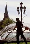 Газонокосильщик стрижет траву на Манежной площади в Москве 12 июля 1999 года. Рабочая неделя в российской столице будет знойной, ожидают синоптики. REUTERS/Reuters photographer