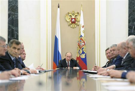 Russian President Vladimir Putin (C) attends a meeting of the Security Council in Moscow's Kremlin May 8, 2013. Picture taken May 8, 2013. REUTERS/Alexei Druzhinin/RIA Novosti/Pool