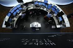 Les Bourses européennes sont en baisse à la mi-séance lundi après trois semaines de hausse, affectées par des prises de bénéfice et un repli du secteur bancaire. À Paris, le CAC 40 perdait 0,29% vers 10h45 GMT. À Francfort, le Dax cédait 0,37% et à Londres, le FTSE se repliait de 0,18%. /Photo d'archives/REUTERS/Lisi Niesner