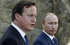 """Премьер-министр Британии Дэвид Кэмерон и президент России Владимир Путин выступают с заявлениями для прессы после переговоров в Сочи 10 мая 2013 года. Кэмерон сказал, что приятно """"ошеломлён"""" переговорами с Путиным о Сирии. REUTERS/Sergei Karpukhin"""