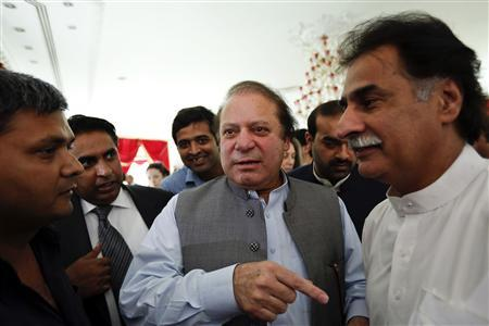 Nawaz Sharif (C), the leader of Pakistan Muslim League - Nawaz (PML-N), is surrounded by his staff at his residence in Lahore May 13, 2013. REUTERS/Damir Sagolj