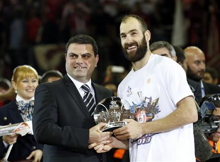 Olympiakos' Vassilis Spanoulis (R) receives the MVP trophy after their Euroleague Basketball Final Four final game against Real Madird at the O2 Arena in London May 12, 2013. REUTERS/Suzanne Plunkett