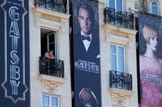 """Cartazes do filme """"O Grande Gatsby"""" são vistos em frente ao hotel Carlton, em Cannes, na França. O Festival de Cinema começa nesta quarta-feira com a versão 3D do filme dirigido pelo australiano Baz Luhrmann e retratando um mundo de luxos e excessos que tem muito a ver com a maior vitrine do cinema mundial. 13/05/2013 REUTERS/Regis Duvignau"""