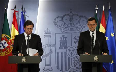 Portuguese Prime Minister Pedro Passos Coelho (L) and Spanish Prime Minister Mariano Rajoy attend a joint news conference at the Moncloa Palace in Madrid May 13, 2013. REUTERS/Susana Vera