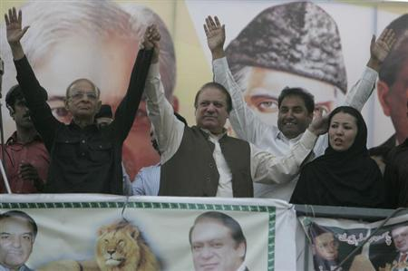 Nawaz Sharif (2nd L), leader of political party Pakistan Muslim League - Nawaz (PML-N), cheers his supporters during an election campaign rally in Mandi Bahauddin, Punjab province May 4, 2013. REUTERS/Mani Rana