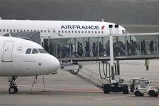 Air France-KLM annonce un trafic passagers en hausse de 2,3% en avril avec des capacités en progression de 2,9% à la faveur de l'ouverture de nouvelles lignes long-courriers. /Photo d'archives/REUTERS/Charles Platiau
