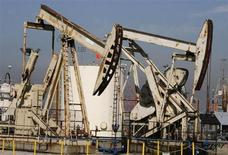 Нефтяные вышки в порту Лонг-Бич, Калифорния, 19 июня 2008 года. Фьючерсы на нефть эталонной марки Brent держатся на уровне, близком к $103 за баррель, балансируя между надеждами на восстановление роста спроса благодаря неожиданному скачку розничных продаж в США и беспокойством по поводу роста запасов в крупнейшем потребителе нефти. REUTERS/Fred Prouser