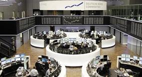 Вид на зал фондовой биржи во Франкфурте-на-Майне 13 мая 2013 года. Европейские фондовые индексы начали торги вторника ростом после снижения в ходе предыдущей сессии, однако подъем ограничен перед публикацией множества макроэкономических данных. REUTERS/Remote/Lizza David