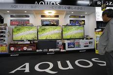 Le fabricant d'écrans japonais Sharp, un des fournisseurs d'Apple, veut désormais accroître ses ventes au sud-coréen Samsung Electronics, grand rival dans les smartphones du fabricant d'iPhones, dans le cadre d'un plan de redressement sur trois ans. /Photo prise le 14 mai 2013/REUTERS/Toru Hanai