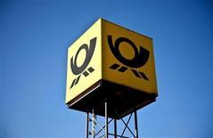 Логотип Deutsche Post в Шверине 6 марта 2012 года. Операционная прибыль Deutsche Post, крупнейшей в мире службы доставки почты и грузов, повысилась в первом квартале на 2,9 процента, преимущественно благодаря международным операциям экспресс-доставки. REUTERS/Morris Mac Matzen