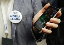 Funcionário posa com novo Lumia 925 durante lançamento do smartphone, em Londres. 14/05/2013 REUTERS/Luke MacGregor