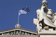 """Fitch Ratings a relevé mardi sa note de la dette souveraine grecque, la portant de """"CCC"""" à """"B-"""", en lui assignant une perspective stable. L'agence de notation évoque un rééquilibrage de l'économie et de nets progrès accomplis dans l'élimination des déficits budgétaires et courants. /Photo d'archives/REUTERS/John Kolesidis"""
