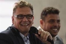 O secretário-geral da FIFA, Jérôme Valcke (esquerda), sorri ao lado de Ronaldo em coletiva de imprensa em Brasília. 14/05/2013 REUTERS/Ueslei Marcelino