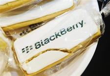 Печенье с логотипом Blackberry на презентации Blackberry Z10 в Торонто 5 февраля 2013 года. BlackBerry предложила во вторник услуги своей службы быстрых сообщений для телефонов, производимых другими компаниями, а также представила новый смартфон среднего уровня, ориентированный на страны, где несколько поблекший бренд сохраняет свои позиции. REUTERS/Mark Blinch