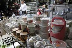 L'Union européenne va imposer des droits de douane dissuasifs aux importations chinoises de vaisselle et d'ustensiles de cuisine en céramique, pour cause de dumping. Les importations de céramique chinoise subiront à partir de jeudi des taxes comprises entre 13,1% et 36,1%. /Photo prise le 28 février 2013/REUTERS/Kham