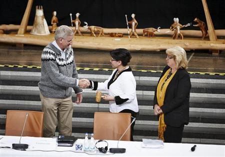 Sweden's Foreign Minister Carl Bildt hands over the gavel which symbolizes handing the chairmanship of the Arctic Council to Canada's Minister of the Arctic Council Leona Aglukkaq at the Arctic Council Ministerial Meeting in Kiruna, Sweden, May 15, 2013. REUTERS/Hans-Olof Utsi/Scanpix Sweden