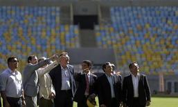 Secretário-geral da Fifa e membros do Comitê Organizador Local da Copa do Mundo de 2014, incluindo os ex-jogadores Ronaldo e Bebeto, visitam o Maracanã. 15/05/2013. REUTERS/Ricardo Moraes