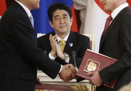 Japan's Prime Minister Shinzo Abe applauds during a signing ceremony after the talks with Russia's President Vladimir Putin at the Kremlin in Moscow April 29, 2013. REUTERS/Ivan Sekretarev/Pool