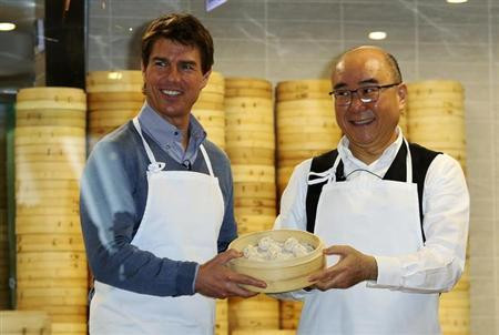 U.S. actor Tom Cruise (L) poses with Din Tai Fung President Yang Chi-hua and xiaolongbao, or dumpling, that they have made, at the restaurant's Taipei 101 branch April 6, 2013. REUTERS/Stringer/Files