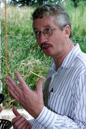 Frans de Waal, a psychologist who studies primates at Emory University, who is the director of the four-day conference on Animal Social Complexity and Intelligence, is pictured at the conference in Chicago, August 23, 2000. REUTERS/Files