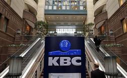 La banque belge KBC a publié des résultats supérieurs aux attentes pour le premier trimestre, une augmentation des dépôts et des crédits en Belgique et en République tchèque ayant compensé les pertes sur d'autres activités à l'international. /Photo d'archives/REUTERS/Yves Herman