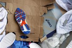 Подошва спортивной обуви лежит на полу обрушевшейся фабрики в провинции Кампонгспы (Камбоджа), 16 мая 2013 года. Как минимум шесть человек погибли и многие пострадали в результате обрушения обувной фабрики в Камбодже, заявила член местного профсоюза. REUTERS/Samrang Pring