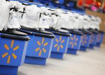 Wal-Mart Stores a annoncé jeudi un bénéfice trimestriel en hausse moins marquée que prévu, en raison notamment d'une baisse des ventes de 1,4% de ses magasins ouverts depuis un an au moins aux Etats-Unis. /Photo d'archives/REUTERS/John Gress