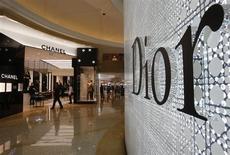 Les ventes mondiales du luxe devraient voir leur croissance ralentir à 4% ou 5% à taux de change constants en 2013, sous l'effet d'un tassement des flux touristiques en Europe et d'une moindre progression en Chine, selon les dernières estimations du cabinet Bain & Co. /Photo d'archives/REUTERS/Bobby Yip