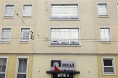 Вход в здание офиса компании Русал в Москве, 19 марта 2012 года. Русал, крупнейший в мире производитель алюминия, может ускорить сокращение мощностей, если цены на металл останутся в районе посткризисных значений, сказал топ-менеджер компании. REUTERS/Denis Sinyakov
