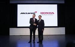 Vice-presidente e Diretor Executivo da Honda, Takanobu Ito, cumprimenta Diretor Executivo da McLaren, Martin Whitmarsh, em entrevista coletiva em Tóquio, 16 de maio de 2013. A Honda anunciou nesta quinta-feira que vai voltar à Fórmula 1 em 2015, após um hiato de sete anos, como fornecedora de motores da McLaren. 16/05/2013 REUTERS/Issei