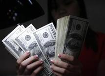 Les entreprises américaines recommencent à embaucher, les prix immobiliers, la production d'énergie et Wall Street remontent. Autant de bonnes nouvelles qui, aux yeux des investisseurs, pourraient être éclipsées par une autre: celle de la réduction accélérée du déficit budgétaire des Etats-Unis. /Photo d'archives/REUTERS/Romeo Ranoco