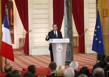 """François Hollande, qui s'exprimait jeudi lors de la seconde conférence de presse de son quinquennat,s'est porté à """"l'offensive"""" sur le front européen en s'engageant, à l'unisson d'Angela Merkel, à donner corps à une union politique dans les deux ans avec le renfort d'un gouvernement économique de la zone euro. /Photo prise le 16 mai 2013/REUTERS/Benoit Tessier"""