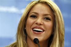 """Imagen de archivo de la cantante colombiana Shakira durante una conferencia en el Banco Mundial en Washington, feb 22 2010. La cantante Shakira abandonará el jurado del programa concurso de canciones de la NBC """"The Voice"""" tras sólo una temporada para pasar más tiempo con su familia. REUTERS/Kevin Lamarque"""