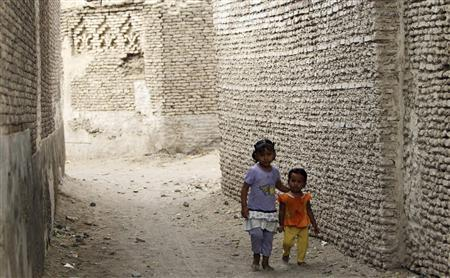 Children walk through a street in the historical city of Zabid in the Yemeni province of Hodeidah May 15, 2013. REUTERS/Mohamed al-Sayaghi