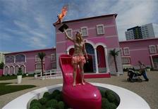 """Des militantes de l'association Femen ont manifesté jeudi à Berlin lors de l'inauguration d'une maison de Barbie baptisée """"Dreamhouse Experience"""", affirmant que la célèbre poupée entretenait le cliché de la femme objet. /Photo prise le 16 mai 2013/REUTERS/Pawel Kopczynski"""