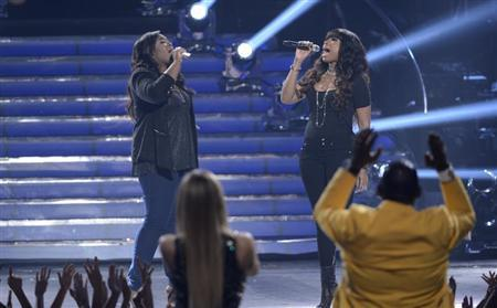 Finalist Candice Glover and singer Jennifer Hudson perform ''Inseparable'' during the Season 12 finale of ''American Idol'' in Los Angeles, Calfiornia May 16, 2013. REUTERS/Phil McCarten