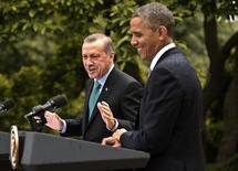 رئيس الوزراء التركي رجب طيب اردوغان (إلى اليسار) والرئيس الامريكي باراك اوباما في واشنطن يوم الخميس. تصوير: كفين لامارك - رويترز