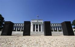 """Здание ФРС США в Вашингтоне, 29 июня 2011 года. ФРС США может начать сокращение монетарных стимулов этим летом и завершить скупку облигаций позже в этом году, сказал в четверг президент ФРБ Сан-Франциско Джон Уильямс, сославшись на """"хорошие новости"""" для рынка труда. REUTERS/Jim Bourg"""