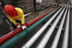 Сотрудник China Petroleum проверяет трубы для перекачки нефти в городском округе Суйнин (КНР), 26 ноября 2009 года. Трубопроводная госмонополия Транснефть открыто заявила о несогласии с амбициозными планами Роснефти увеличить экспорт нефти в Китай, что необходимо нефтяной госкомпании для покрытия гигантского долга. REUTERS/Stringer