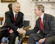 Лидер Узбекистана Ислам Каримов и президент США Джордж Буш на встрече в Вашингтоне 12 марта 2002 года. Власти американского штата Айдахо обвинили гражданина Узбекистана в предоставлении информации об изготовлении бомбы и другой поддержке активистов исламистской группировки. REUTERS/Larry Downing