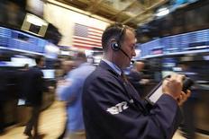Wall Street a ouvert en hausse vendredi après son repli de la veille mais les investisseurs restent prudents avant la publication de plusieurs indicateurs sur l'économie des Etats-Unis. Quelques minutes après le début des échanges, le Dow Jones gagne 0,37%, le Standard & Poor's 500 progresse de 0,47% et le Nasdaq Composite prend 0,54%. /Photo prise le 3 mai 2013/REUTERS/Brendan McDermid