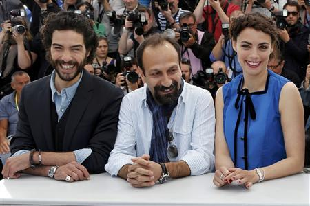 Director Asghar Farhadi (C) poses with cast members Tahar Rahim (L) and Berenice Bejo during a photocall for the film 'Le Passe' (The Past) at the 66th Cannes Film Festival in Cannes May 17, 2013. REUTERS/Eric Gaillard