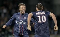 Ibrahimovic e Beckham, do Paris Saint Germain, comemoram no final da partida contra o Olympique Lyon pelo campeonato francês no estádio Gerland, em Lyon. 12/05/2013 REUTERS/Robert Pratta